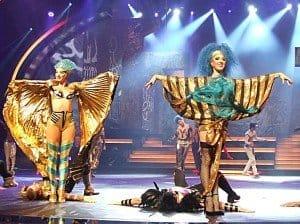 """Glamouröse Kostüme wie hier in der Szene """"Schwarzes Öl"""" gehören zu den Aha-Effekten der Show."""