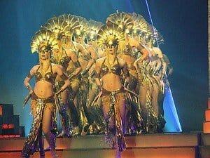 """Damen vom Ballett-Ensemble mit dem Tanz """"1000 Hands""""."""
