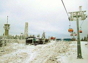 Die neue Sesselbahn von Jáchymov herauf vor der Bergstation auf dem Klinovec. Foto: M. Weghenkel