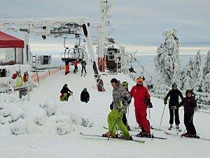 Winterspass am Klinovec. Zum Gipfel führen mehrere moderne Sesselbahnen und Lifte, hinab etliche Pisten. Foto: M. Weghenkel