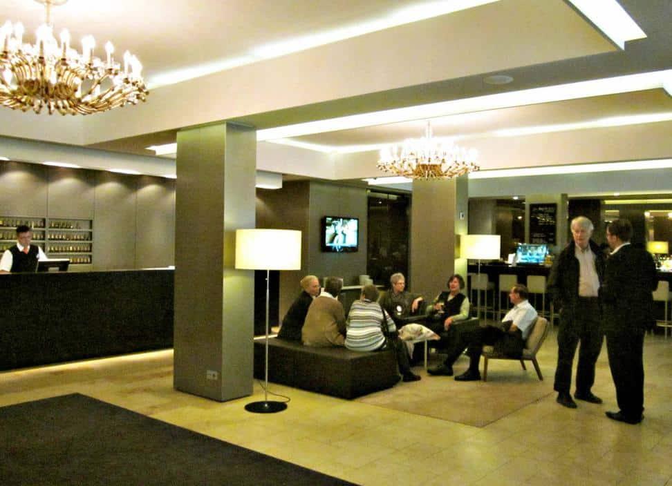 Die freundlich wirkende klimatisierte Lobby mit Bar und Sitzmöbeln – eine Visitenkarte des Hauses.Die freundlich wirkende klimatisierte Lobby mit Bar und Sitzmöbeln – eine Visitenkarte des Hauses.