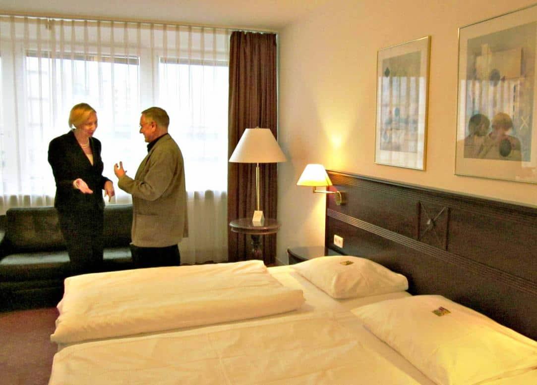 Verkaufschefin Ines Stampehl präsentierte den CTOURianern – hier Günther Wolfram – die erneuerten Hotelzimmer.