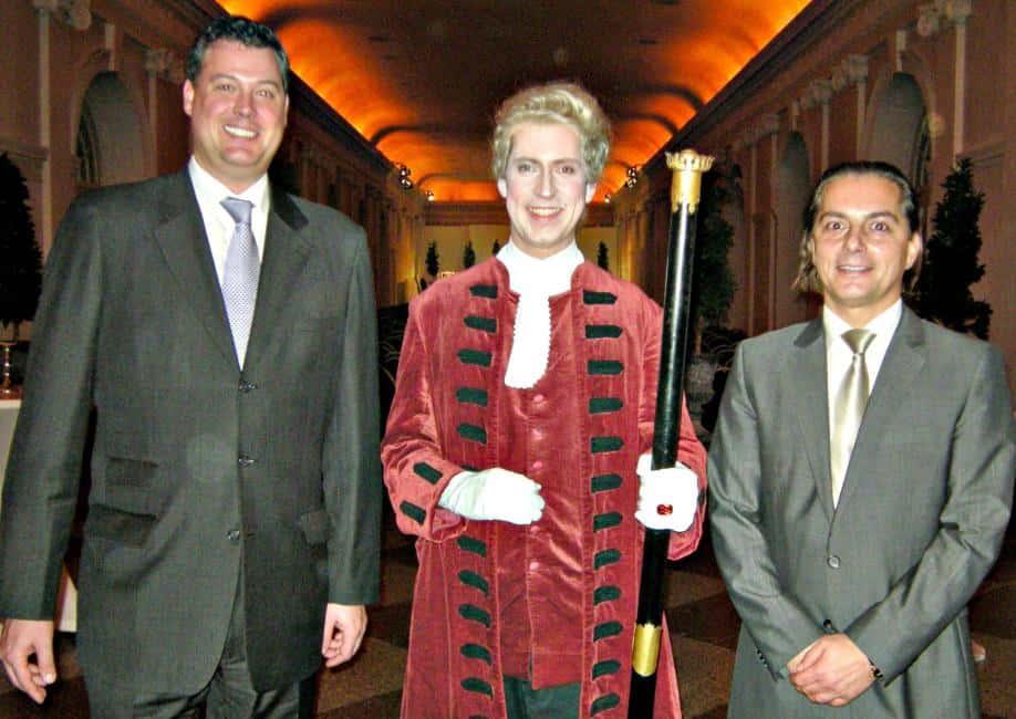 Die Geschäftsführer Peter Hosek (links) und Sascha Petrovic von der IMaGE Veranstaltungs-Gesellschaft als Träger der Berliner Residenz Konzerte mit Zeremonienmeister Graf Truchsess von Waldburg (Schauspieler Guido Böhm).