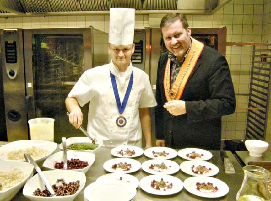 Der als bester Nachwuchskoch in Berlin-Brandenburg ausgezeichnete Robert Heyne (26) zusammen mit seinem Küchenchef Oliver Heilmeyer aus dem Gourmetrestaurant des Hotels Zur Bleiche in Burg (Spreewald).