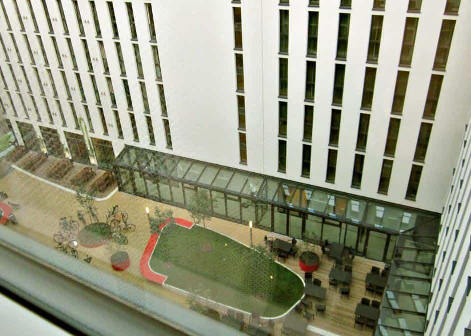 Der geräumige, begrünte Innnenhof steht allen Hotelgästen zur Verfügung.