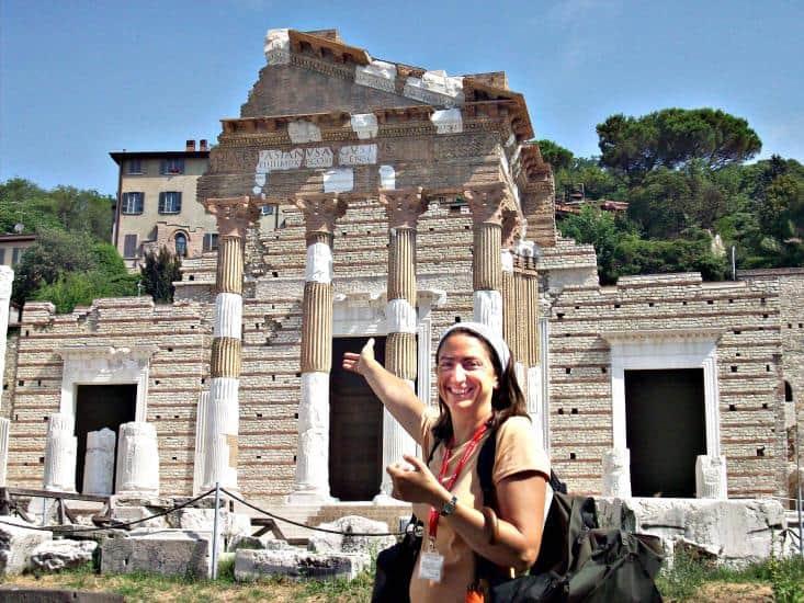 Gästeführerin Luisa Botticini zeigt den wertvollen Überrest aus  römischer Zeit: den Kapitol-Tempel an der Via dei Musei.