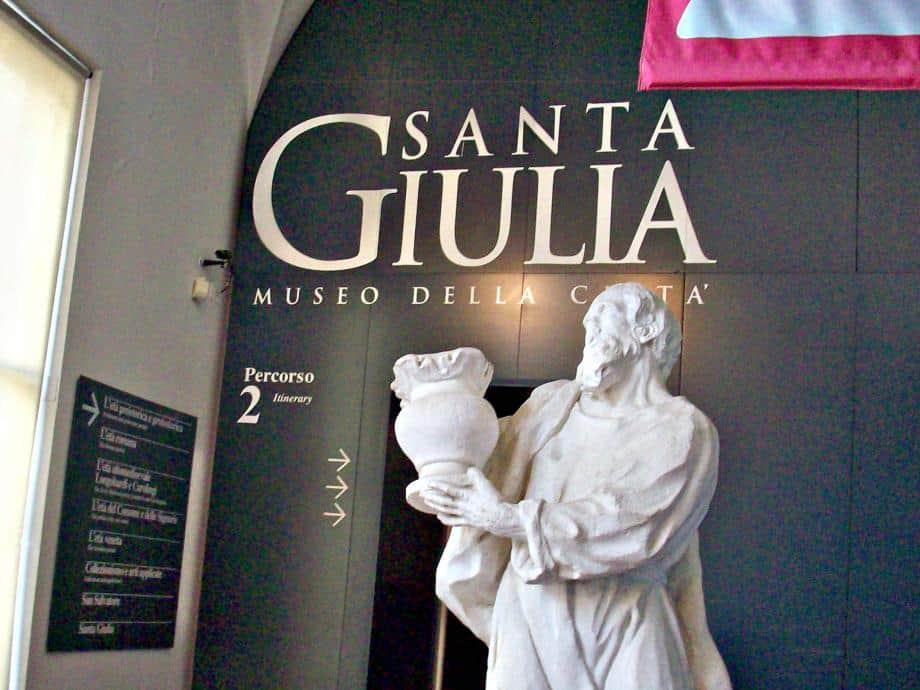 """Eingang zum Stadtmuseum von Brescia mit der UNESCO- Weltkulturerbestätte """"Kloster San Salvatore – Santa Giulia""""."""