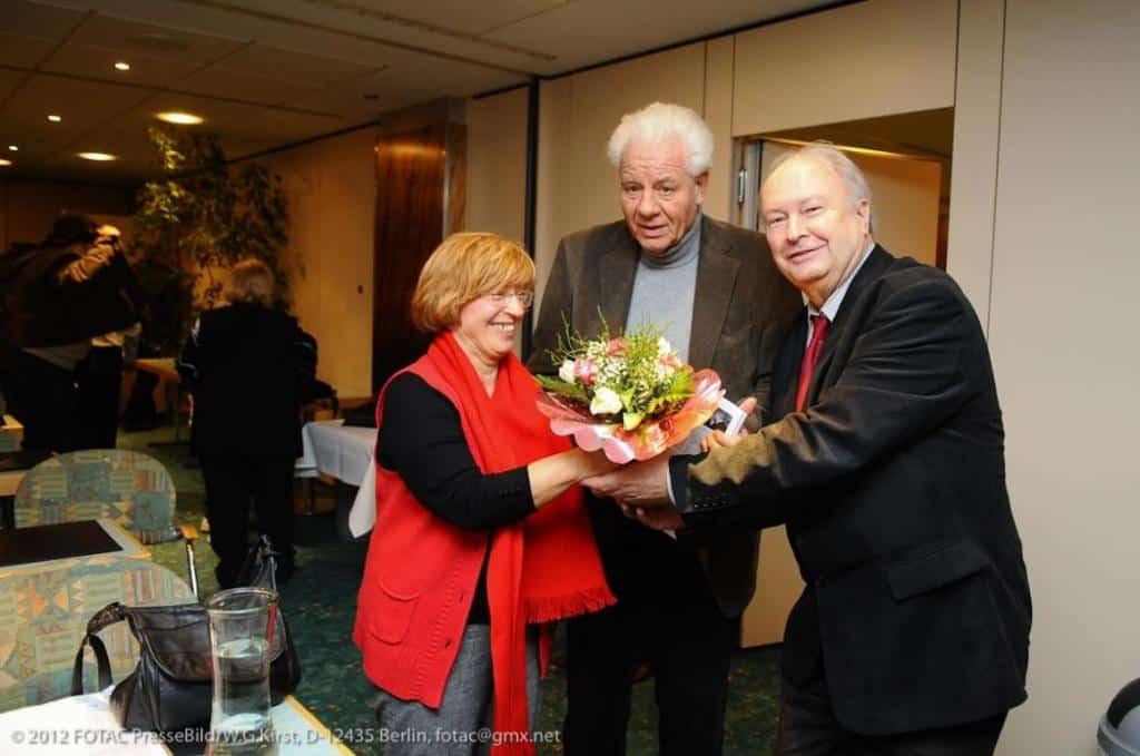 Zur 100. Jubiläumsausgabe des CTOUR-Report gab's von Vorstandssprecher Hans-Peter Gaul (r.) Blumen für das Redaktionsteam Monika Luhn und Joachim Blady.