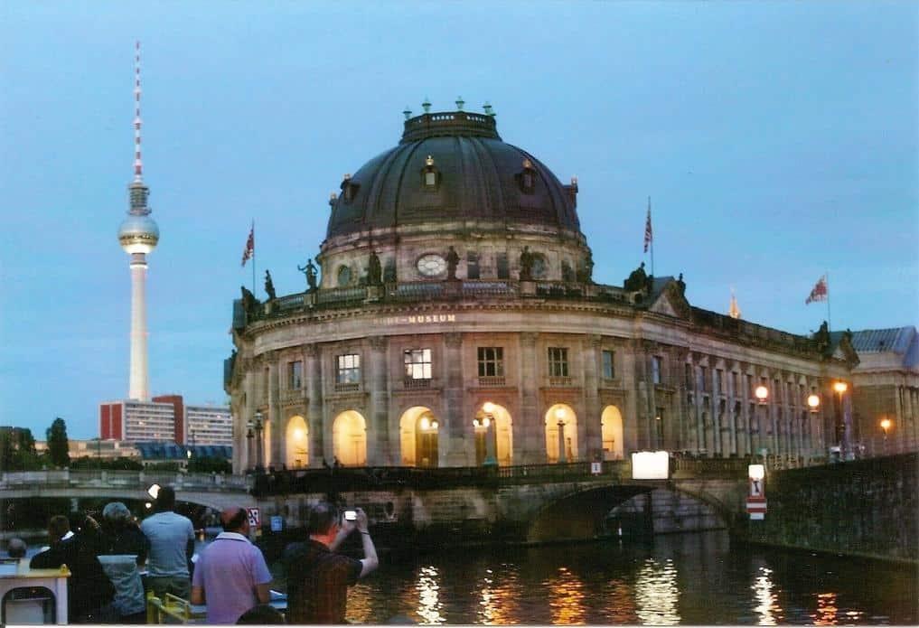 Bodemuseum und Fernsehturm aus Spree-Perspektive