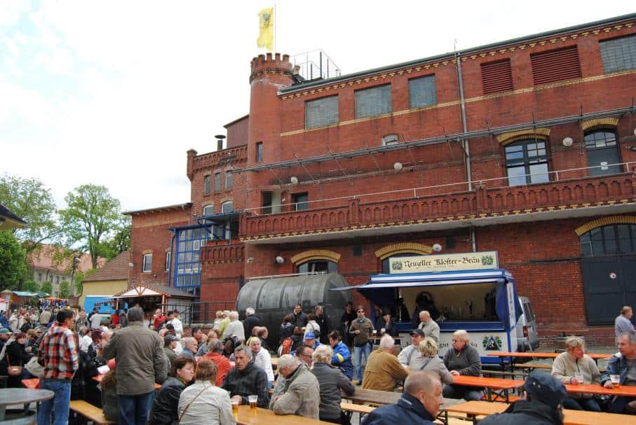 Volksfest auf dem Hof der Brauerei Neuzeller-Kloster-Bräu