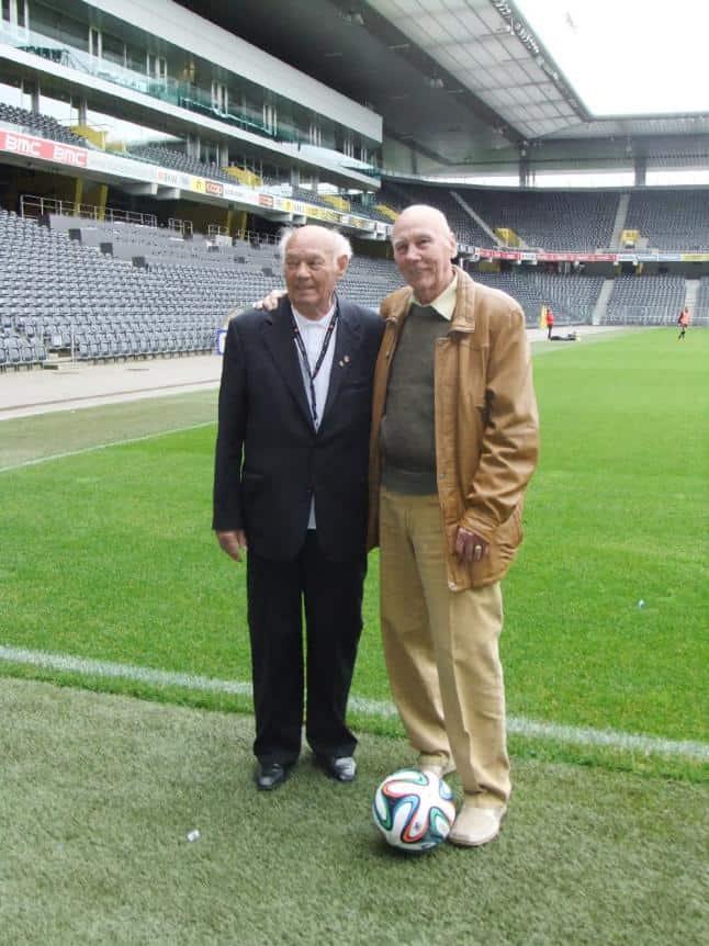 Deutschlands Außenläufer Horst Eckel (82, re.) und Ungarns Verteidiger Jenő Buzánszky (88) im mittlerweile neu gebauten Berner Fußballstadion