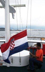 An Bord wird die kroatische Flagge gehisst