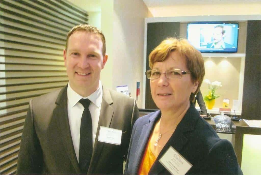 Area-Managerin Josiane Kuehn-Trost und Hotel-Direktor David Koellner im Foyer