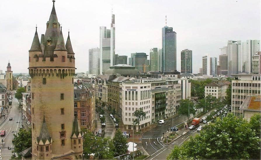 Blick von der Dachterrasse des Fleming's Hotel auf die Frankfurter Skyline