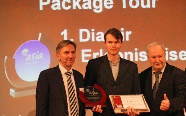"""Go Asia-Award: Thomas Mach (Mitte) von DIAMIR Erlebnisreisen nahm den 1. Preis für die """"Innovatiste Reise"""" von TCME-Chef Norbert Pfefferlein (l.) und CTOUR-Vorstandssprecher Hans-Peter Gaul entgegen"""