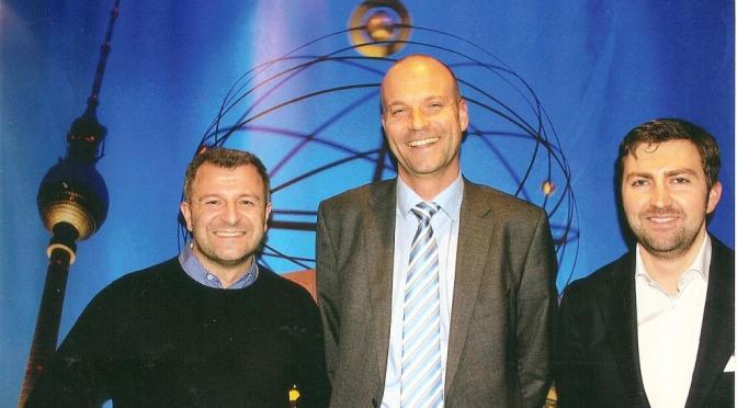 Georg Ziegler (r.) und Claudius Moarefi von HolidayCheck mit Karsten Hauke (Mitte), Direktor Sales & Marketing des CTOUR-Stammhauses ABACUS Tierpark-Hotel Berlin.