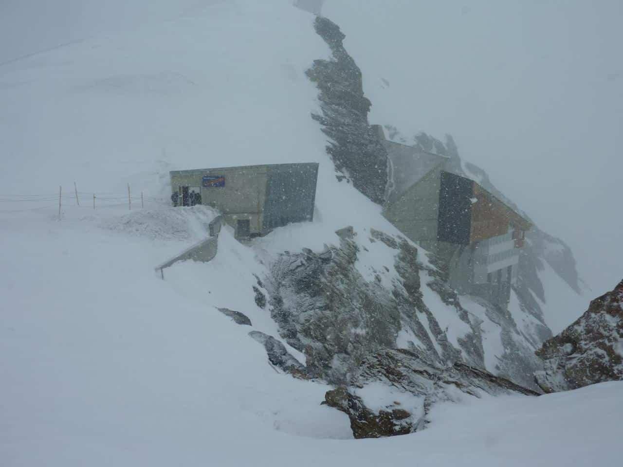 Aussichtsplattform mit Schneeflocken