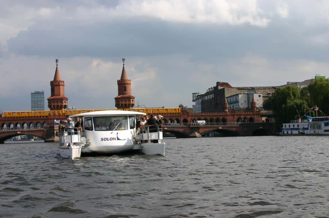 Spannend auch die abendliche Kreuzfahrt mit dem Solarschiff SOLON durch die Hauptstadt