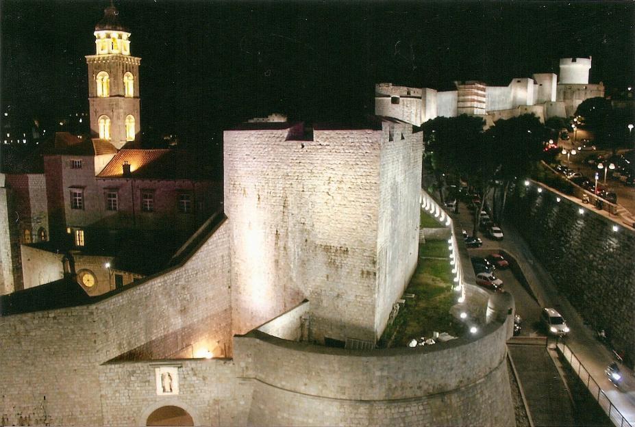 Dubrovnik bei Nacht: Altstadt mit Stadtmauer