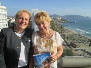 Margot David (r.) mit der Direktorin des allsun Hotels Amarac, Heike Bruhns Foto: Hans-Peter Gaul