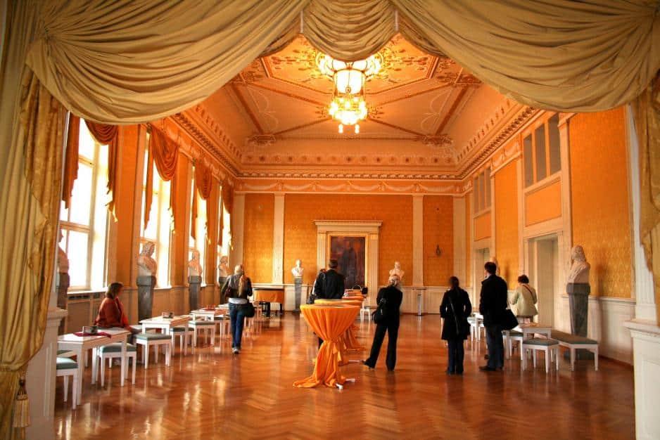 Das prunkvolle Foyer des Meininger Theaters: Das heutige Haus wurde 1909 anstelle des 1908 abgebrannten Hoftheaters erbaut. Es gilt als letzter klassizistischer Theaterbau in Deutschland.