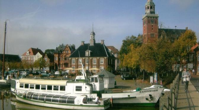 Museumshafen Leer mit historischer Waage und Rathaus