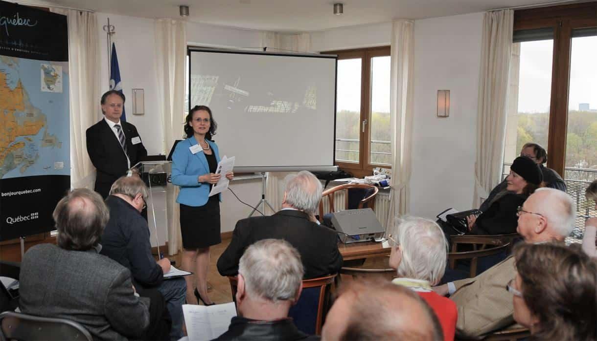 Martina E. Klöckner-Scherfeld, Geschäftsführerin der Destination Quebec und Serge Vaillancourt, Leiter der Regierungsvertretung von Quebec in Berlin, während ihrer Begrüßung der CTOURisten und Gäste beim CTOUR-Medienabend am Pariser Platz in Berlin