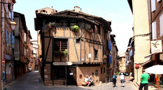 Rund um die Kathedrale liegt die Altstadt. Sie wurde 2010 Teil des Weltkulturerbes.