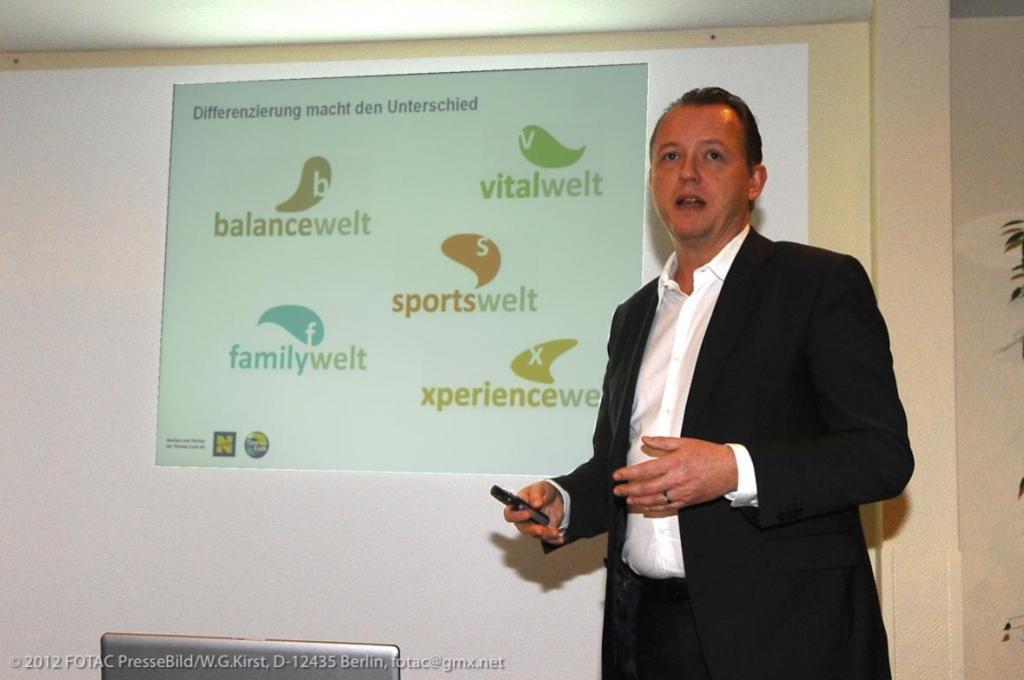 Mathias Brandes, Thomas Cook-Kommunikationschef, während der Präsentation im Berliner ABACUS Tierpark-Hotel.
