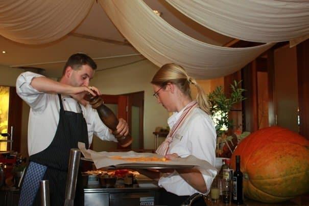 Der Küchenchef Stefan Russ und die Ökotrophologin Gesa Bernstein bereiten das Vitalmenue zu