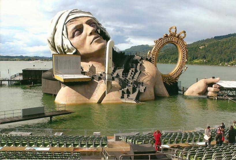 Bregenzer Seebühne im Bodensee: die 24 m hohe Figur des Revolutionsführers Jean Paul Marat steht im Mittelpunkt der Inszenierung Andre Chenier mit der Musik von Umberto Giordano. Bis zum 18. August 2012 ist die Oper in vier Akten in Bregenz zu erleben.