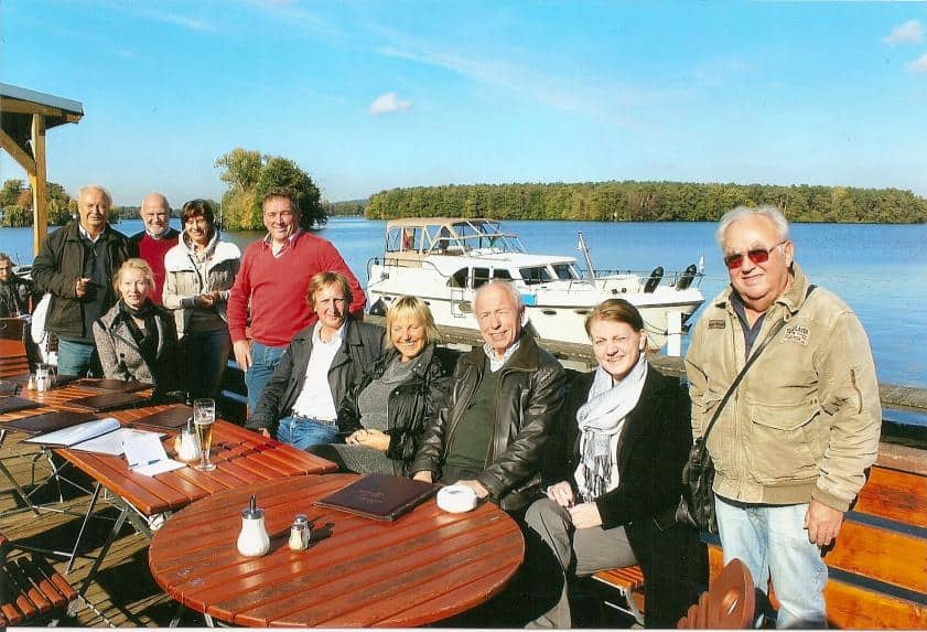 "CTOURisten vor dem Charterboot ""Aurelia"" in Schmöckwitz"