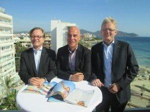 Auf der Dachterrasse des allsun Hotels Amarac: Willi Verhuven, Vorsitzender der Geschäftsführung (Mitte), mit den Geschäftsführern Markus Daldrup (r.) und Dieter Zümpel Foto: Hans-Peter Gaul