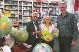 mo media-Verleger René Bego und Pressesprecherin Kati Sprung mit Regine Kiepert, Geschäftsführerin der Traditions-Buchhandlung Schropp (v. r.)  Foto: Hans-Peter Gaul