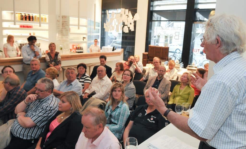Einstimmig wurden an diesem Abend vier neue Mitglieder in die Reisejournalisten-Vereinigung Berlin/Brandenburg aufgenommen. Der amtierende Chef der CTOUR-Aufnahmekommission Hans-Gert Schubert (r.) hatte die Kandidaten vorgestellt.