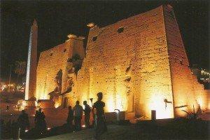 Der berühmte Luxor-Tempel bei Nacht