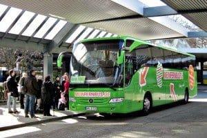 Aus der neuen MeinFernbus-Zentrale am Alex werden auch die Abfahrten der grünen Liner auf dem Zentralen Omnibusbahnhof Berlin (ZOB) gesteuert Foto: Manfred Weghenkel