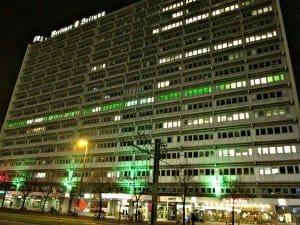 Ebenfalls grün leuchtet nun die 7. Etage im markanten Verlagsgebäude in der Karl-Liebknecht-Straße 29, wo sich nun die MeinFernbus-Zentrale befindet Foto: Manfred Weghenkel