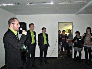 Kommunikationsleiter Gregor Hintz sowie die beiden Geschäftsführer Torben Greve und Panya Putsathit (v.l.n.r.) begrüßten und informierten die Gäste der MFB-Einweihungsparty Foto: Manfred Weghenkel
