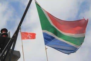 Zwei Flaggen nebeneinander - die von Stralsund und Südafrika