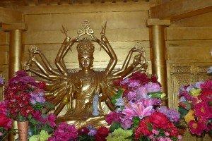 Vielarmige Göttin auf dem goldenen Gipfel