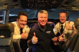 CTOUR-Mitglied Dr. Peer Schmidt-Walther mit der Crew im Cockpit der LH Cargo-Maschine