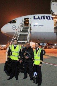 Der Autor mit Kapitän (li.) und First Officer vor einem LH-Cargo-Flieger in Frankfurt/Main