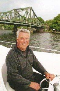 Mit einem Hausboot an der Glienicker Brücke