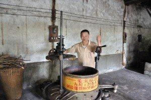 Teebauer Ma zeigt, wie der Pu Erh ensteht