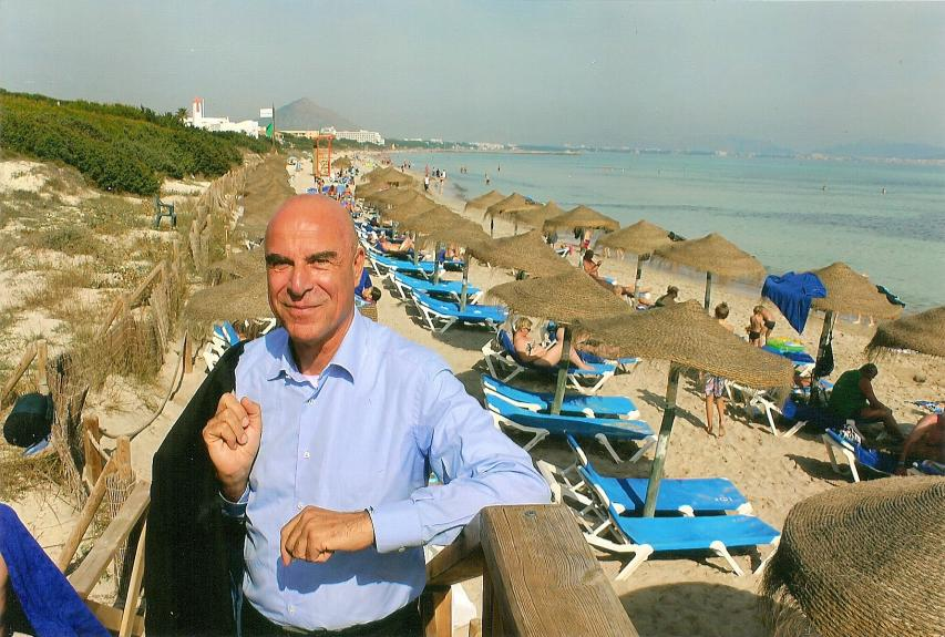 Alltours-Chef Willi Verhuven am Strand des allsun hotels Eden Playa in Alcudia