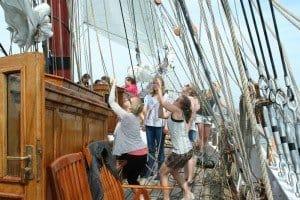 FH-Tourismus-Studentinnen helfen beim Segelsetzen