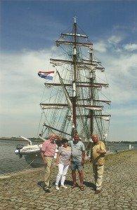 """CTOURisten vor der holländischen Brigg """"Aphrodite"""" an der Steinernen Fischbrücke in Stralsund"""