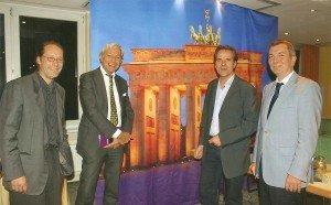 Zu den Gästen des CTOUR-Abends im ABACUS Tierpark-Hotel Berlin gehörten auch Prof. Dr. Dr. Jörg Soller, Fachgebietsleiter Tourismus an der Hochschule für Wirtschaft & Recht Berlin (r.) sowie Prof. Dr. Jo Groebel, Deutsches Digital Institut Berlin, (2. v. l.). Stammtisch-Gastgeber waren Flandern-Tourismus-Direktor Lothar Peters (2. v. r.) und Pressereferent Joel Etzold (l.)