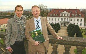 DER Touristik Köln-Pressesprecherin Anne Schmidt mit dem Marketingleiter des Sächsischen Staatsweinguts vor dem Schloss Wackerbarth Foto: Hans-Peter Gaul